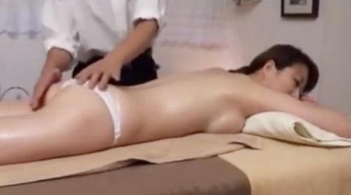 生理不順の巨乳お姉さんが性感オイルマッサージで火照り、マッサージ師に寝取られる!