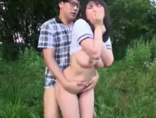 美少女JKが野外で立ちバック連続ピストンされ感じまくり!