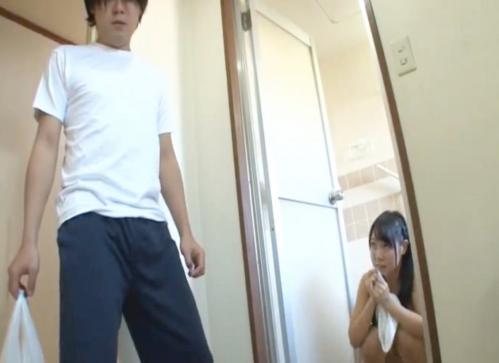 お風呂場で裸の美少女JKとバッタリ遭遇!フル勃起したチンポを見て発情してしまった結果