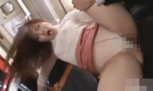 巨乳美人OLがバス内で立ちバック連続ピストン!