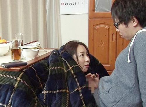 大寒という寒い日はコタツであったまるのが一番!美人妻が息子と近親相姦セックスを夫のそばで始めてしまうw