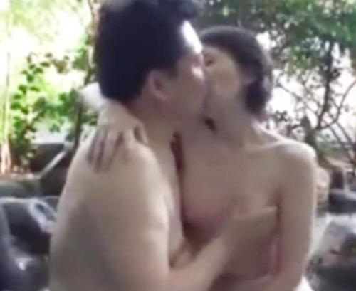 温泉で夫婦が愛し合うスローセックス!