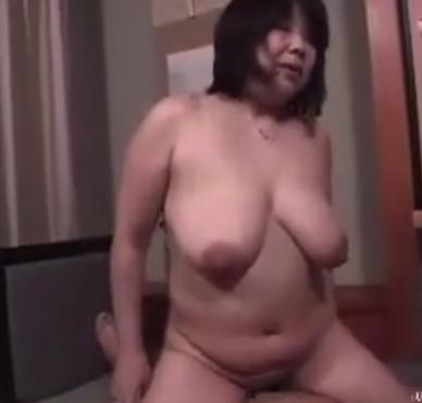 温泉旅館に来た親子が旦那に隠れて生ハメ中出し母子相姦セックスがヤバすぎ!!
