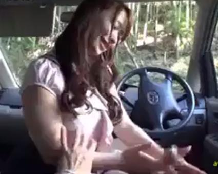 巨乳美人妻と温泉旅行へ出掛けて我慢できず森の中へ入り車の中で丁寧に手コキしてもらう♡