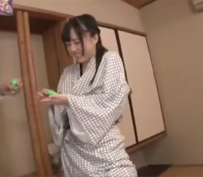 温泉宿で罰ゲーム企画!!問題になって失敗するたびにおマンコにローター挿入!!