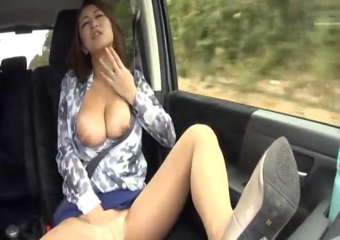 美熟女が旦那に内緒で不倫温泉旅行で連続中出しセックスの前に我慢できず車内で一人オナニーで悶絶!!