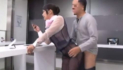 おっぱい丸見えなスケスケ制服に我慢できずに立ちバックで美女にちんぽ挿入!!