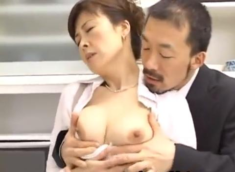 料理番組の美人講師をアシスタントの男がバックから乳揉み&淫語で攻め立てる!!