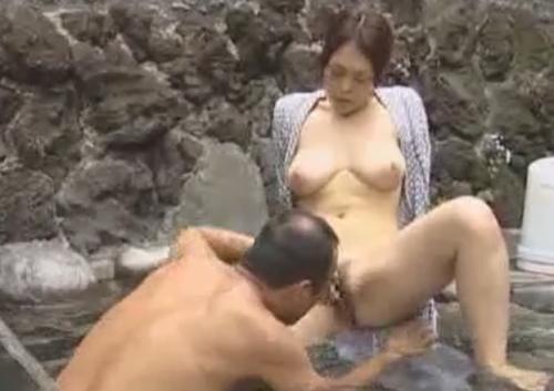 【ヘンリー塚本】おっさんと不倫温泉旅行で強引クンニに悶絶する美熟女!!