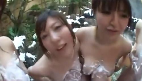混浴温泉で積極的に迫ってくる巨乳集団のお姉さま方がチンポを丁寧にパイズリ!!