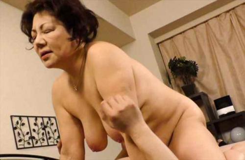 富岡亜澄62歳 推定バスト100センチ超えの叔母に甘える甥っ子
