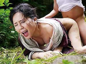 ド田舎の森の中で泥だらけになりながらおっさんに犯される人妻!