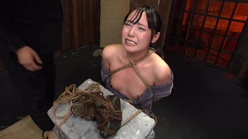 月野ゆりあに拷問責め! パイパンマンコを押し潰す三角木馬責めと細いすねを砕く程の石抱き拷問でM性が開花する!?
