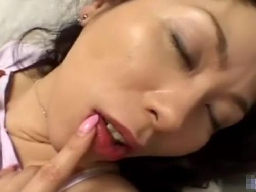【無・人妻】不倫相手のチンポを口に含んで固くすると巨尻で跨り膣内で感触を味わう熟女妻!!