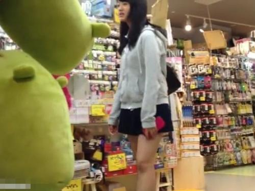 【盗撮動画】被写体が尋常でないパンチラ映像!JK未満な美少女のパンティを尾行逆さ撮り!
