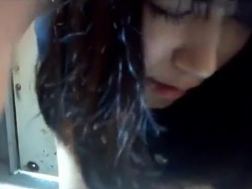 ‹スマホ撮り›年上彼氏と公衆トイレで撮影したハメ撮り立ちバック映像を無断公開された美少女!