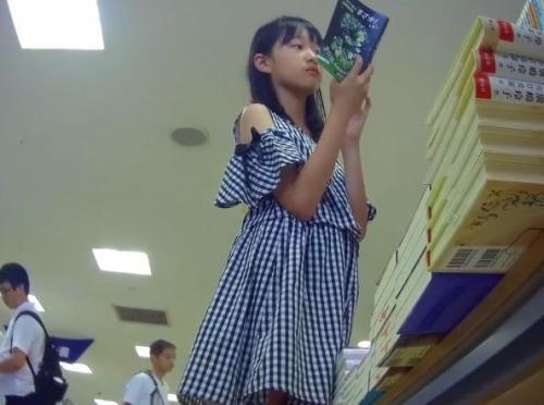 【盗撮】未来の坂本!圧巻の危険ぱんちゅ映像!書店で小●生みたいな美少女のパンチラを逆さ撮りwww