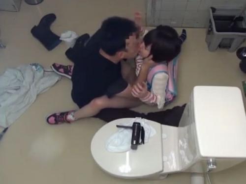 【個人撮影】観覧注意!密室状態の公衆トイレで女子児童だけを狙う(loli)ロリコン中出しレイプ犯!