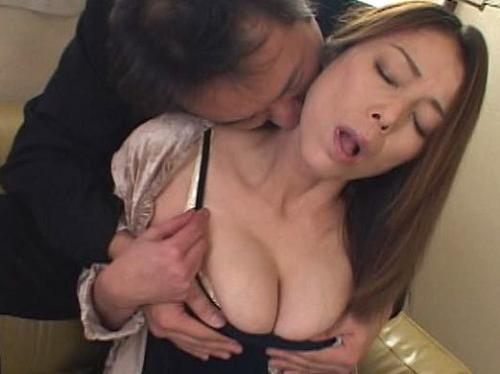 ‹動画›息子の家庭教師に雇った男に凌辱されて熟れた巨乳を振り乱して絶頂する淫らな人妻!青井マリ