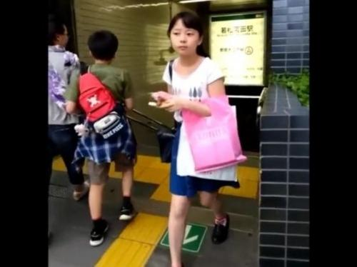 «HD盗撮»「小さなお尻とぱんちゅ」あり得ない童顔ロリ美少女を逆さ撮りした危険映像が拡散した!