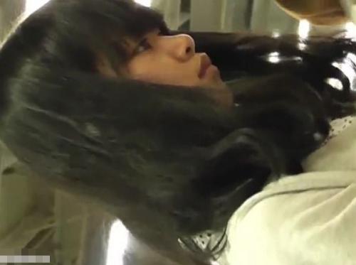 【盗撮】立ち読みしてる可愛いらしい女の子の「ぱんちゅ♡」逆さ撮りしの餌食にされたパンチラ映像!