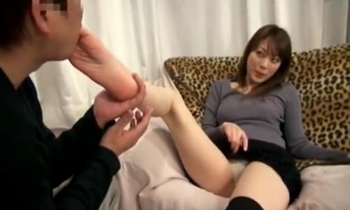 【M男】パンツを見せてもらいながら足を舐めてご奉仕するドMwww【足舐め】