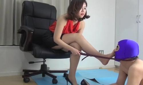 【M男】美人痴女が男に鞭を使って足舐めさせて調教していく!【調教陵辱】