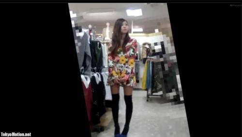 【盗撮・パンチラ】上品な激カワ美人店員が屈んで胸元から可愛い乳首が見える姿を盗撮