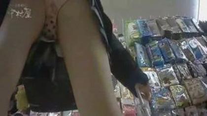 【盗撮・パンチラ】雑貨屋さんで仲良く買い物してる2人組女子高生の可愛らしいパンティを盗撮
