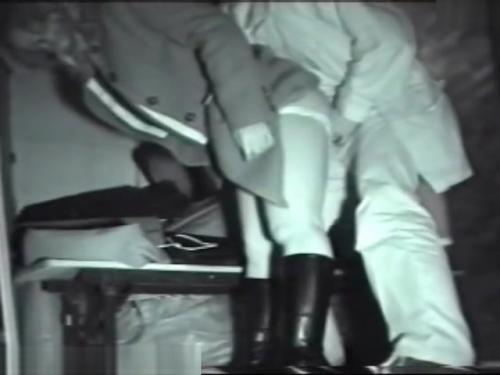 【盗撮・セックス】夜の公園のベンチでいきなりチンポをいれてセックスするカップル。誰か来たのか慌ててやめるw