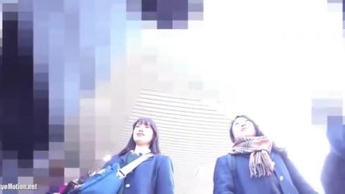 【盗撮・パンチラ】仲良し2人組のミニスカ女子高生が仲良く話しながら通学してる所をパンティを盗撮