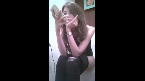 【盗撮・トイレ】スレンダーなお姉さんがオシッコしながらスマフォをポチポチ