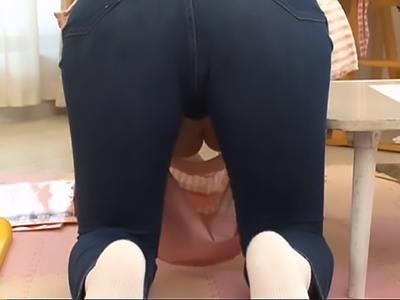 【胸チラ保育士】ピタパンデニムがお尻に食い込んだ保育士に興奮!おっぱいにしゃぶりつき授乳プレイ