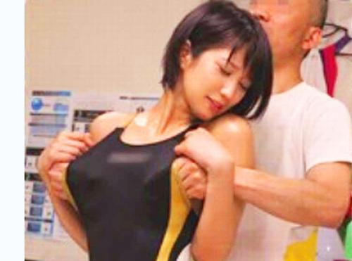 【レイプ盗撮】モミモミ~(=゚ω゚=)おっぱいこってますよ~♬ 接骨院のエロハゲオヤジが競泳水着女子大生を肉棒マッサージww