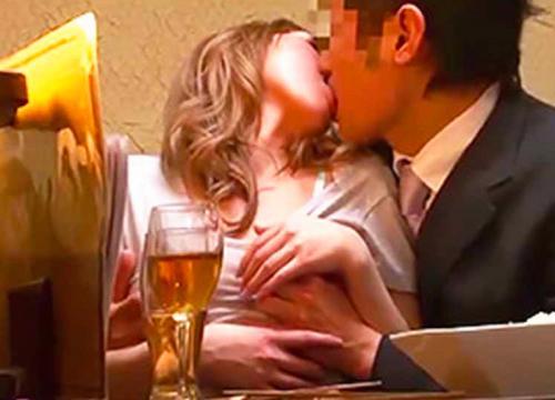【素人ナンパ企画】ぁん♥はぁん♥酔うとHしたくなるの⇒店内SEX!金髪ギャルTバック横から挿入スボッと激ピストンするww