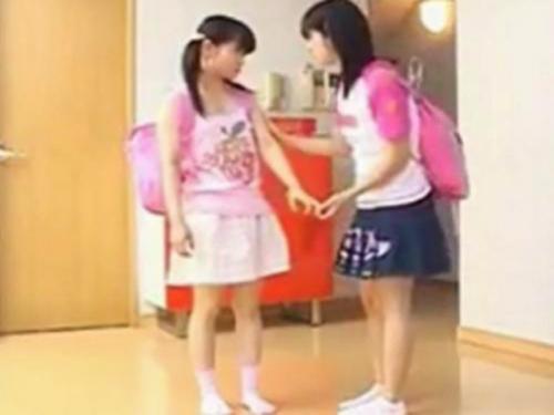 <小学生>友達同士のレズビアン女児が幼いツルツル無毛ワレメをお互いナメナメ♪69からのレズキス唾液交換<美少女ロリJS>