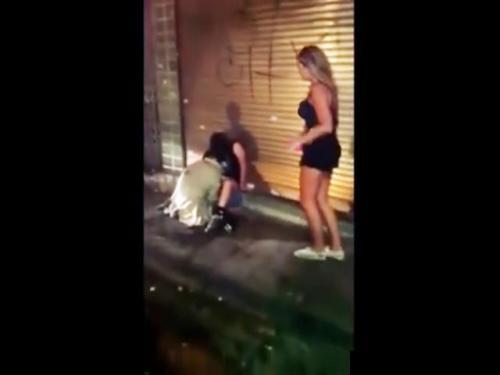<個人流出>すぐ消されます!路上で泥酔して起きないギャルを犯す鬼畜男の様子をスマホで撮影し続けて助けない通行人<美少女>