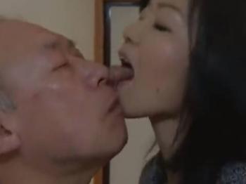 【ヘンリー塚本】お前、それでも男か!…貧乳女が万引きを捕まえてビンタのあと顔中を舐め回す