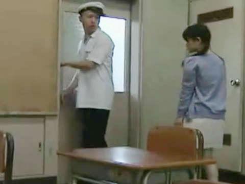 【ヘンリー塚本】ここで着ている服を脱いでほしい...休日の教室で巨乳女学生が手コキ&イラマチオする