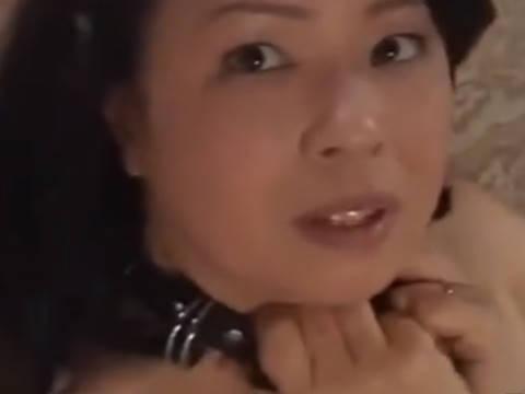 【ヘンリー塚本】巨乳というか爆乳で人妻の母に近親相姦で中出ししたら首輪つけて調教