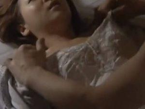 【ヘンリー塚本】しずかにしないとみつかっちゃうよー…巨乳人妻が夜這いで近親相姦