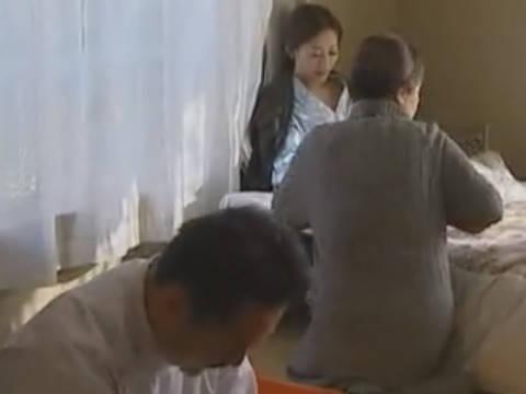 【ヘンリー塚本】それじゃぁ先生宜しくお願い致します…巨乳娘の訪問介護と性処理をその母親からお願いされる巨根の介護男