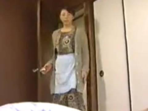 【ヘンリー塚本】別に風邪ひいてる訳じゃないんでしょ…巨乳人妻が息子を起こしに行ったらフェラを要求され近親相姦でしゃぶる