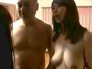 【ヘンリー塚本】熟女爆乳人妻が夫にのぞかれながらヤリ部屋で騎乗位セックス