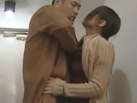 【ヘンリー塚本】お兄ちゃんが家にいるわぁでも入って…巨乳人妻が事故障害の兄がいてもヤリ部屋に男を連れ込み寝取られる