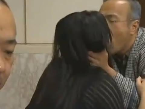 【ヘンリー塚本】お前の前で奥さんと接吻いいかな...巨乳人妻が旦那の会社の社長に手コキ&イラマチオして寝取られる
