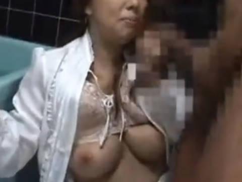 【ヘンリー塚本】いやぁやめてください…爆乳人妻が夫が泥酔中に同僚に風呂場で着衣のままレイプされ寝取られる
