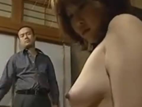 【ヘンリー塚本】奥さんここで服を脱いで素っ裸になって…爆乳人妻が男に囲まれ3本のチ◯ポを手コキ&イラマチオで寝取られる