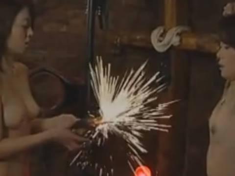 【ヘンリー塚本】電流地獄へ連れてってぇ…巨乳のヤリ部屋でのレズカップルの過激なSMプレイでお漏らしまでの一部始終