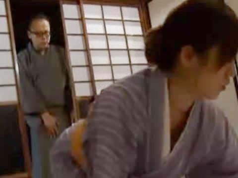 【ヘンリー塚本】ちょっとあなたぁこんなところでぇ...巨乳の着物人妻が布団を敷きながらも手コキ&イラマチオ